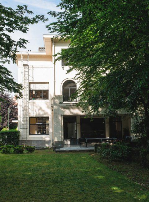IEE-facade-3-arriere-avec-jardin-salle-spaak